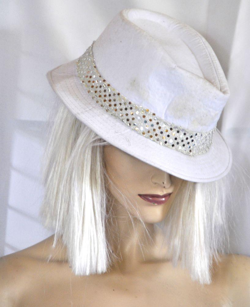 Fehér kalap - Broadway egyedi ruha és jelmezkölcsönzés e49f0ef8c2