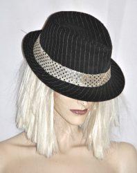 csikos fekete kalap